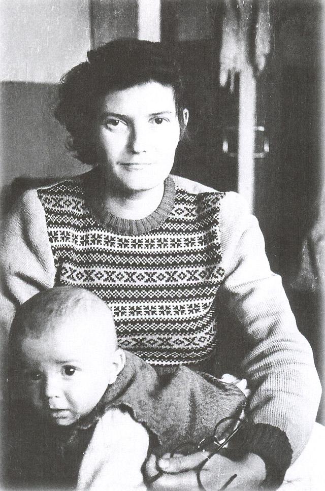 Жена Игоря Бондаренко — Людмила Сергеевна с сыном Володей в 1957 году