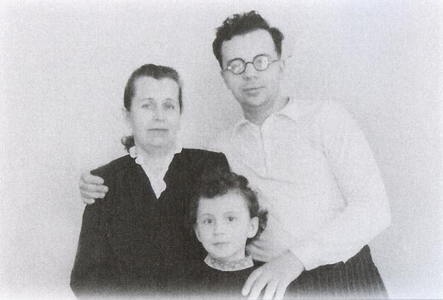 Игорь Бондаренко с сестрой Ольгой и мамой в 1950 году