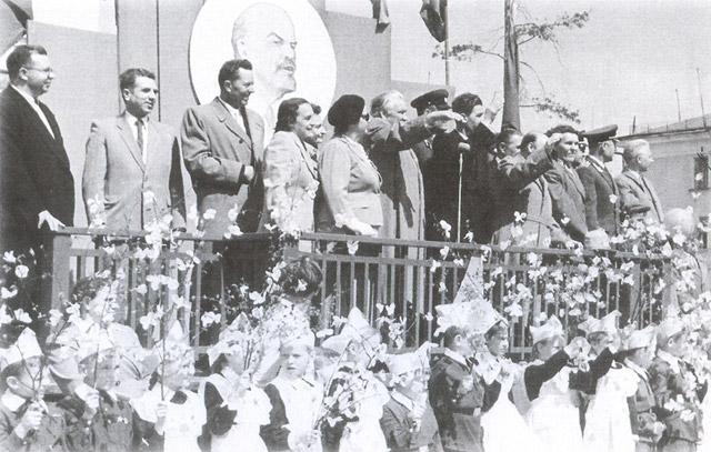 Игорь Ильич Бондаренко (крайний слева) на первомайской демонстрации 1960 года в Обнинске после присуждения Ленинской премии