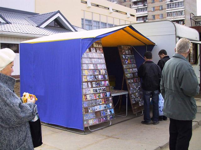 Торговля около универмага «Центральный» в Обнинске в середине «нулевых» годов