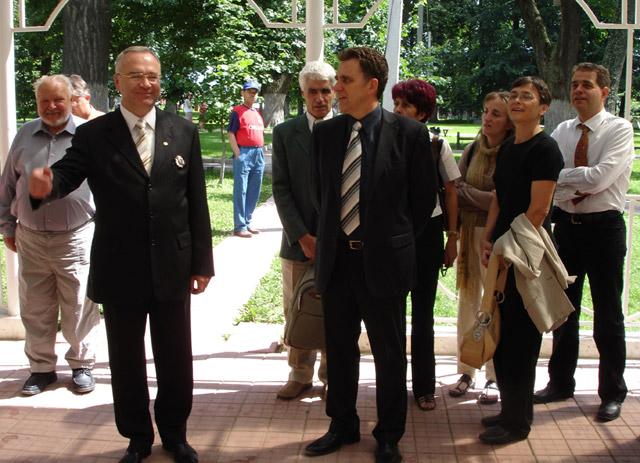 Олег Есинский</a> (на тот момент — президент фонда «Белкино») принимает потомков Обнинских в усадьбе