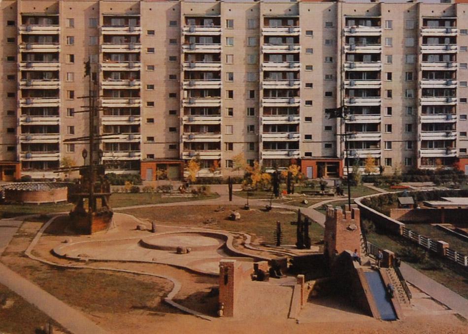 Небольшая детская крепость во дворе жилого дома в городе Обнинске (советское время)