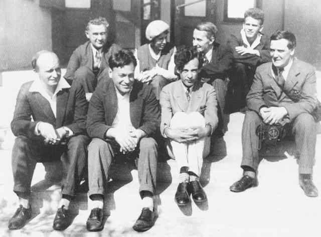 Александр Ильич Лейпунский с коллегами на ступеньках Главного корпуса УФТИ, сентябрь 1934 года.