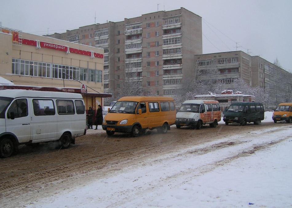 Маршрутные такси на улице Энгельса в Обнинске (декабрь 2005 года)