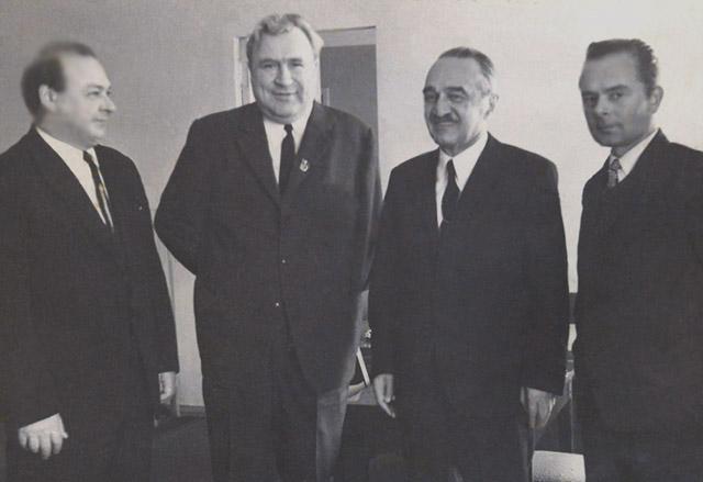 Иван Васильевич Новиков (второй слева)