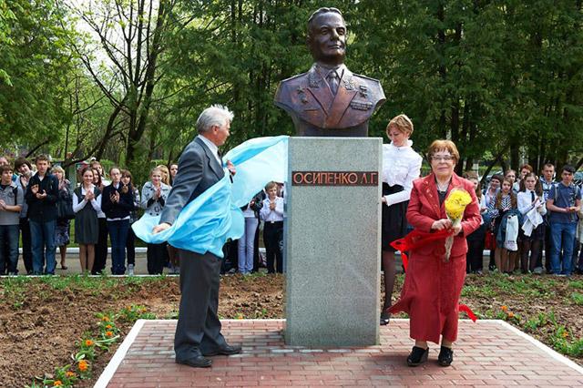 Торжественная церемония открытия бюста контр-адмирала Осипенко на территории школы №4 в городе Обнинске