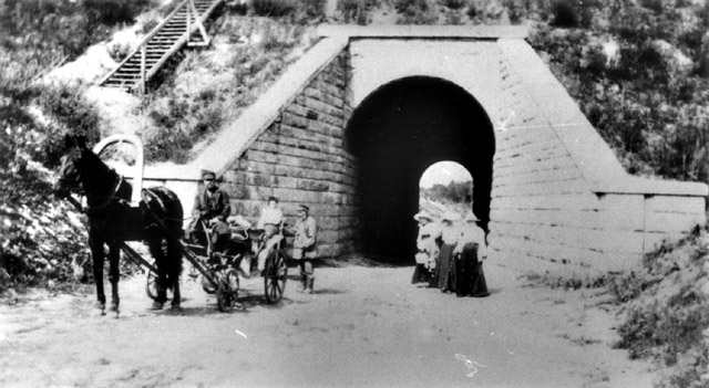 Железнодорожный переезд около усадьбы «Бугры» в начале XX века