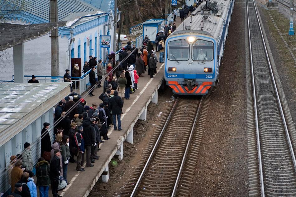 Поезд прибывает на Московскую платформу станции «Обнинское» (здание вокзала до реконструкции)