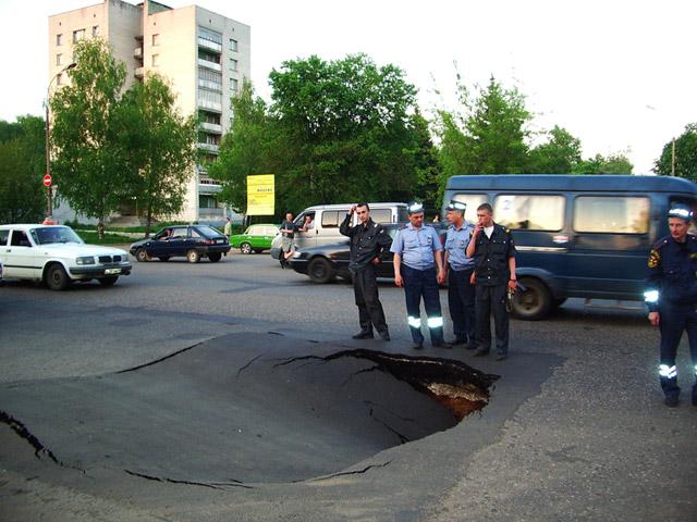 Провал асфальта в Обнинске на перекрёстке улиц Курчатова и Победы в мае 2005 года