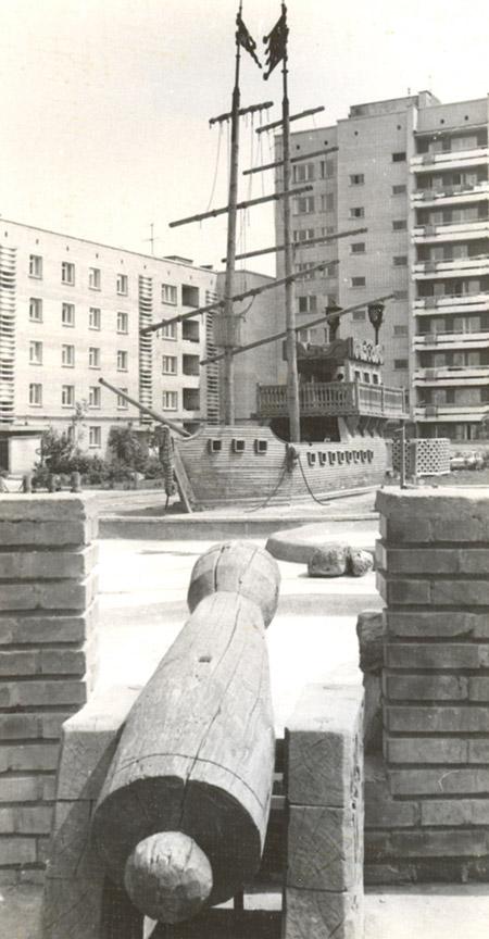 Небольшая детская крепость с деревянными пушками во дворе жилого дома в городе Обнинске
