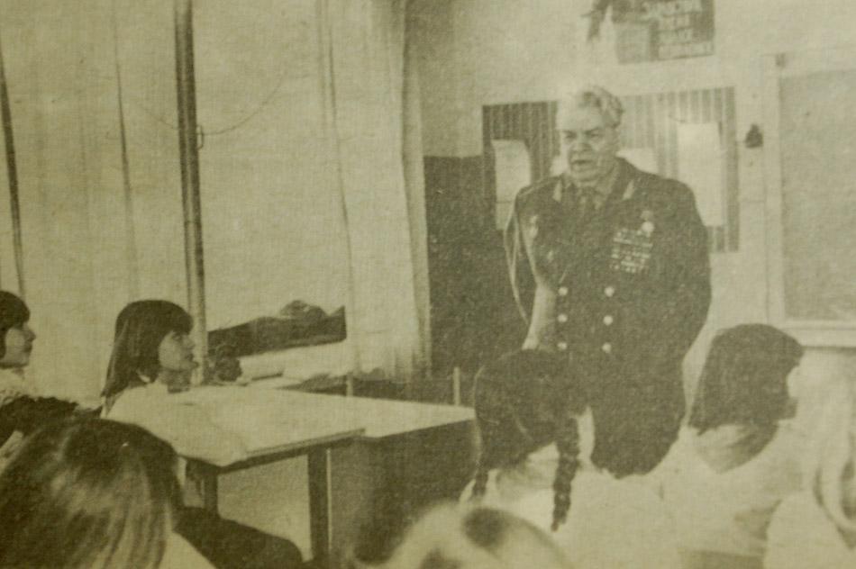 Александр Фёдорович Наумов во время встречи со школьниками