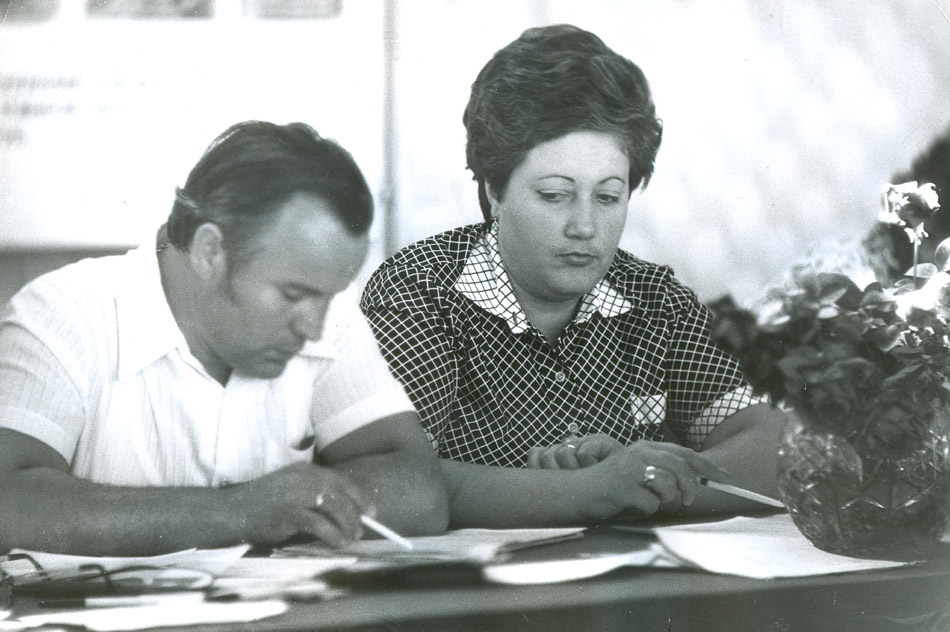 Яков Андреевич Александров и Галина Ивановна Пчелинцева (председатель профкома)