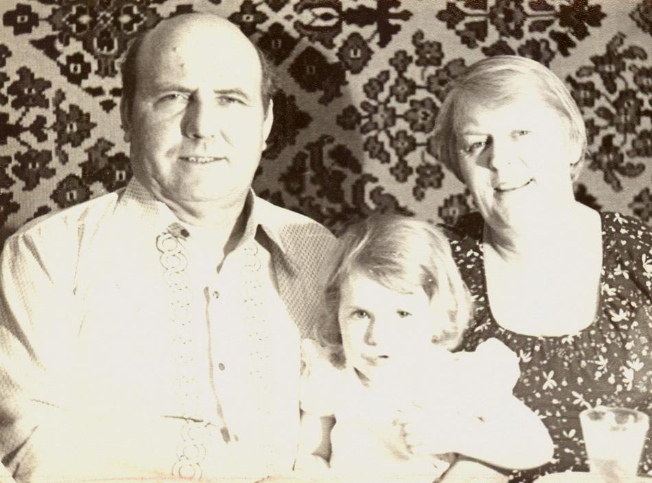Алексей Калинович Никоненко с женой и внучкой