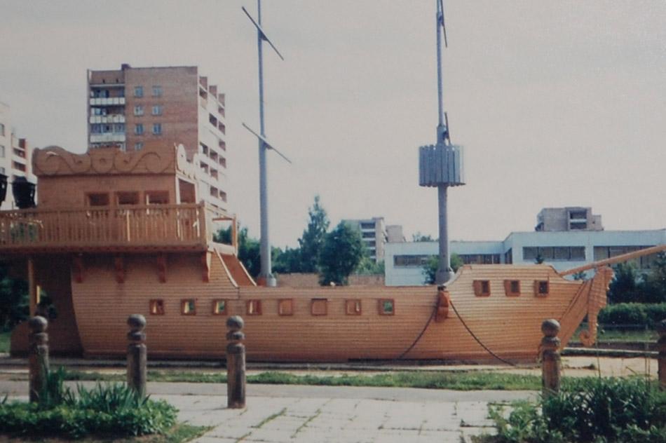 Деревянные столбики, ограждающие каравеллу «Алые Паруса» в городе Обнинске