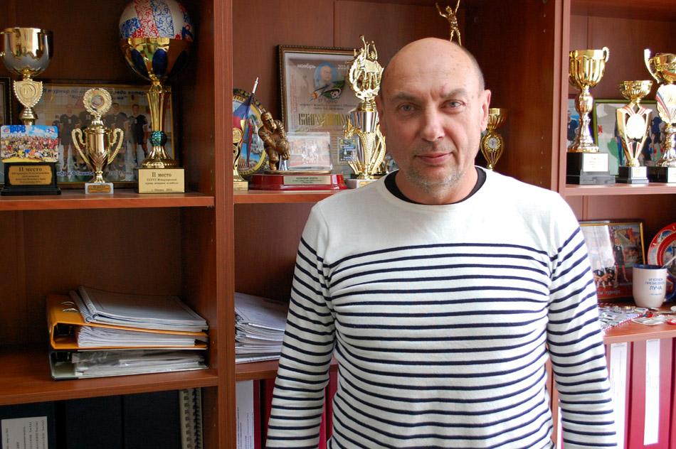 Андрей Аврорович Фанасков на фоне волейбольных трофеев