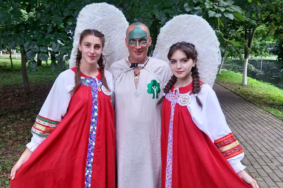 Андрей Валентинович Христофоров (Древарх-Просветлённый) в парке «Усадьбы Белкино» вместе с девушками из фольклорного ансамбля «Друженька»