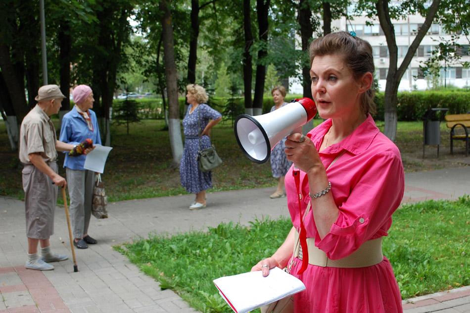Анна Александровна Ленникова выступает на митинге «Против неправового повышения платы за содержание жилых помещений в МКД Обнинска»