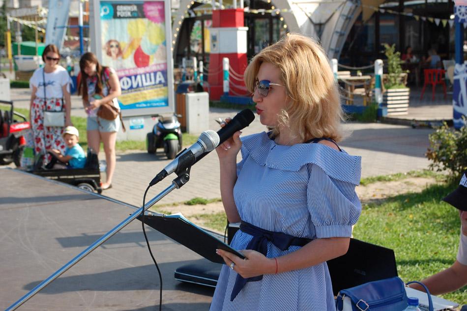 Анна Николаевна Королёва ведёт мероприятие в рамках проекта «Открытый микрофон» в городе Обнинске (2 августа 2018 года)