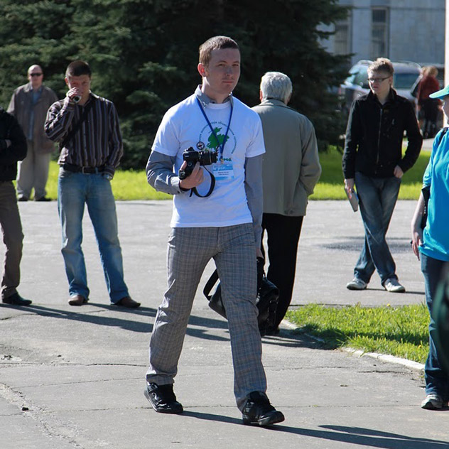 Артём Игоревич Майнас в футболке с символикой «Живого города»