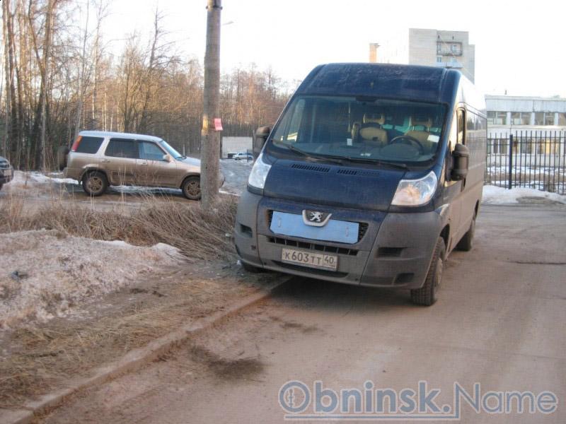 Неправильно припаркованная машина членов «Единой России»
