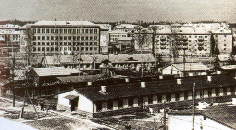 1950-е годы. Жилые бараки строителей на месте нынешней Треугольной площади в городе Обнинске. На заднем плане — школа №3.