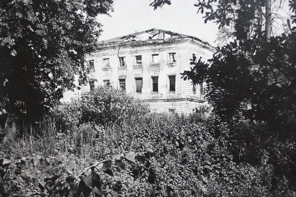 Барский дом усадьбы «Белкино» в аварийном состоянии, но ещё с остатками крыши