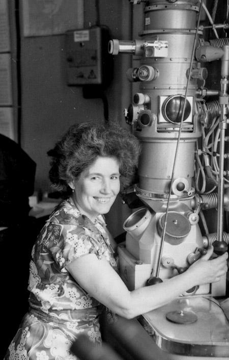 Дина Васильевна Габрианович с электронным микроскопом