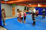 Максим Волков проводит мастер-класс для детей по микс-файту (смешанным единоборствам) в центре «Фокс Фитнес» (Fox Fitness) в городе Обнинске