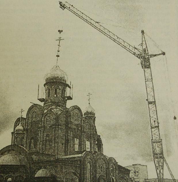 Храм Рождества Христова в городе Обнинске: установка большого купола (18 ноября 2000 года)