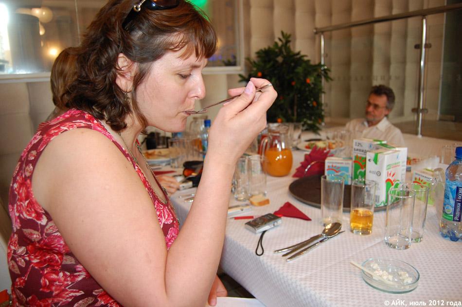 Инна Петровна Емелина на пресс-конференции компании «Вимм-Билль-Данн» в ресторане «Резиденция №1» в городе Обнинске (5 июля 2012 года)