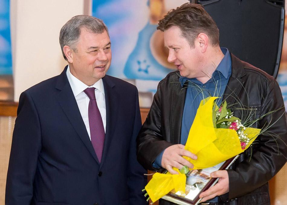Иван Александрович Галкин получает областную премию по журналистике из рук Анатолия Дмитриевича Артамонова