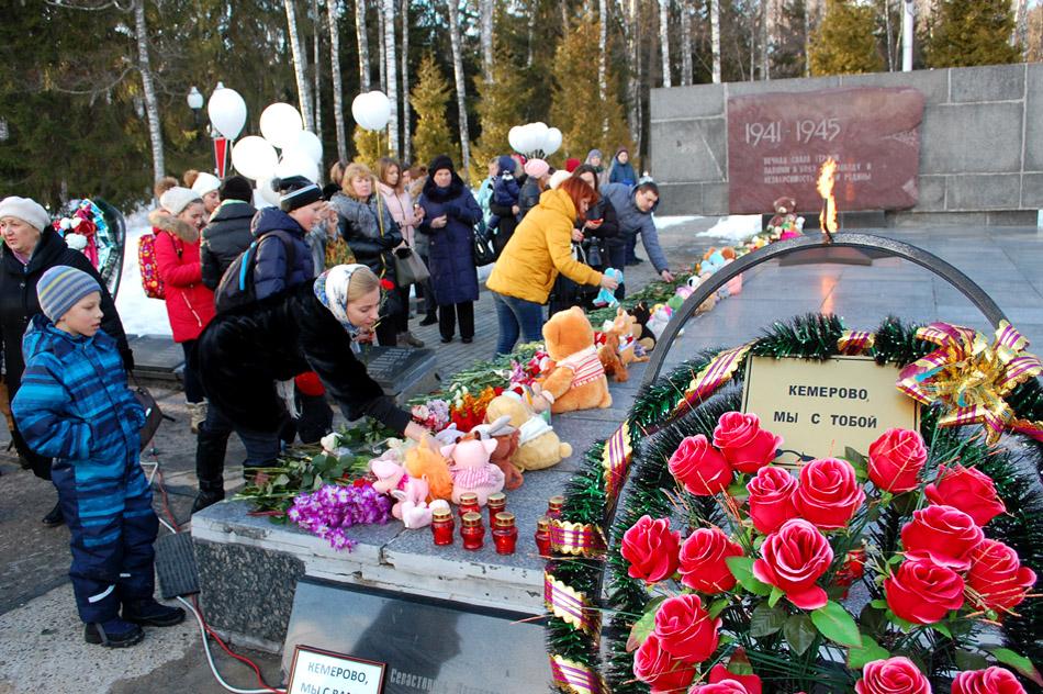 Траурный митинг по погибшим в городе Кемерово