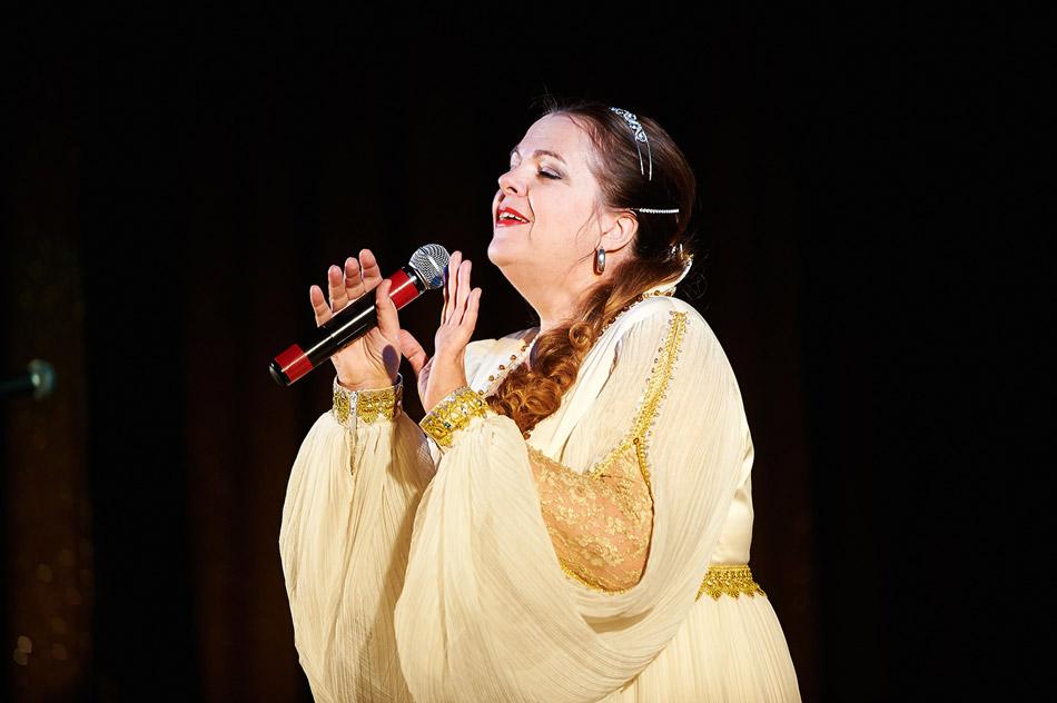 Лидия Михайловна Музалёва во время выступления