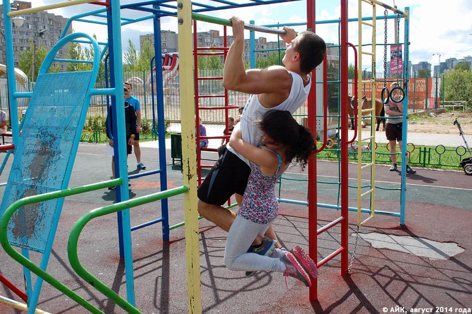 Дмитрий Валерьевич Липанов с девушкой на поясе подтягивается на детской площадке около ТРК «Триумф Плаза» в городе Обнинске