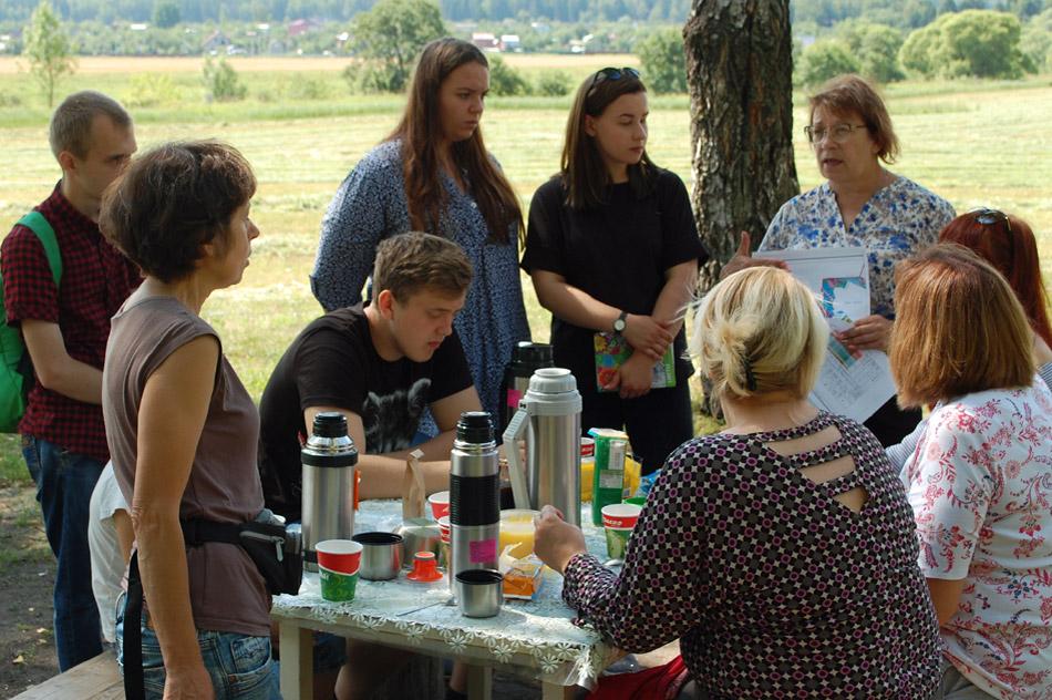 Марина Михайловна Рассказова выступает перед участниками большой экскурсии по природно-археологической зоне «Лужки—Горки—Ладенки» (13 июля 2018 года)