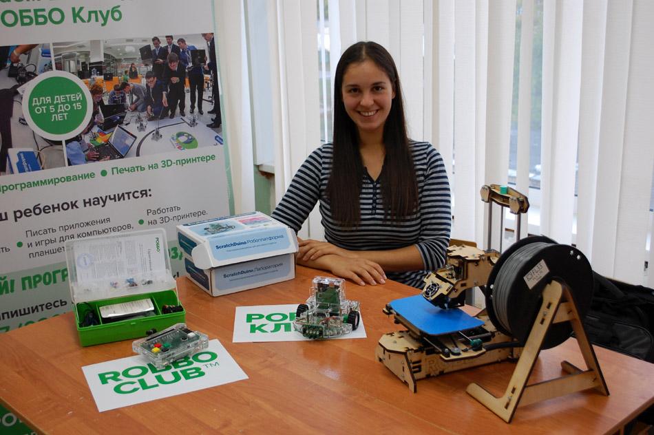 Марина Сергеевна Новосёлова в учебном зале школы «РОББОКЛУБ» в городе Обнинске
