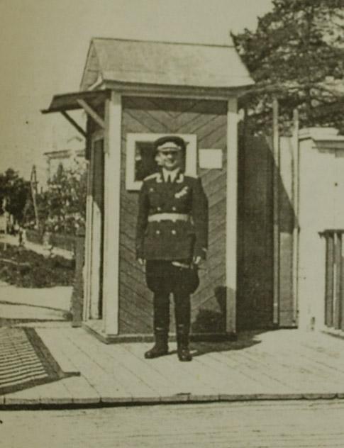 Проходная Мехзавода, фактически — въезд в будущий город Обнинск. Службу несёт старший лейтенант И. Бугаенко (1950 год).
