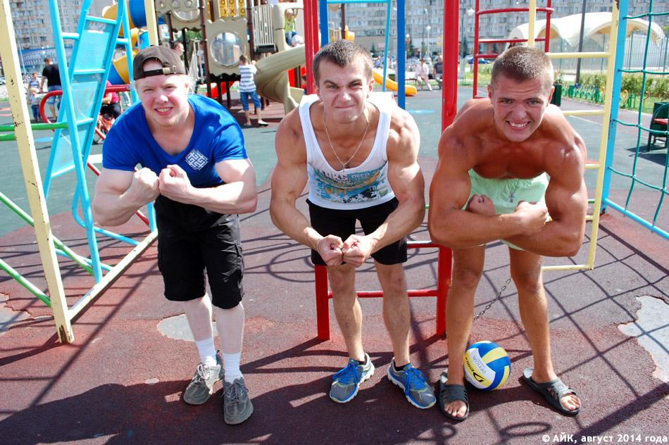 Сергей Морозов, Дмитрий Липанов и Илья Цымбал на детской площадке у ТРК «Триумф Плаза» в городе Обнинске