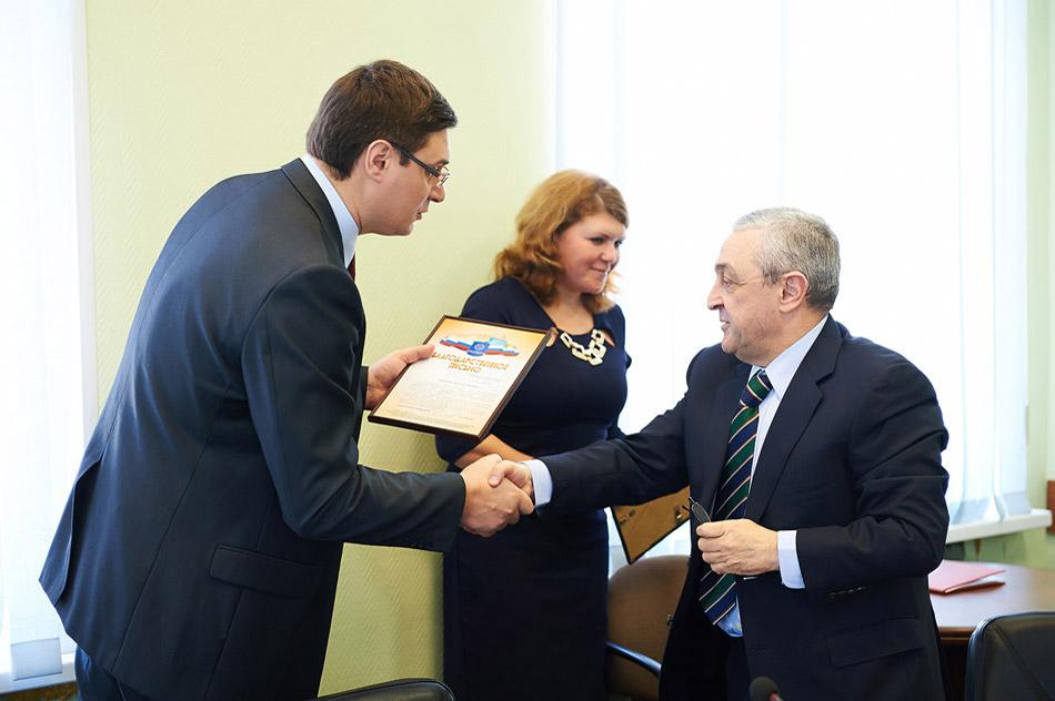 Александр Александрович Авдеев вручает благодарственное письмо Ираклию Павловичу Асланиди