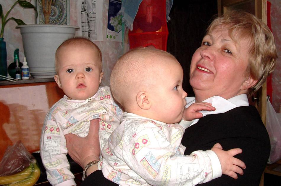Надежда Михайловна Кушпита в 2004 году с двумя внучками (Оля и Саша)