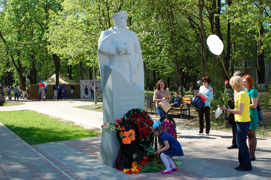 Возложение цветов к памятнику генералу Наумову в городе Обнинске
