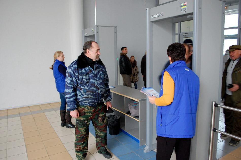 Николай Михайлович Ветров дежурит на входе в здание дворца спорта «Олимп» во время благотворительного матча с командой «Легенды хоккея» в городе Обнинске (26 ноября 2017 года)