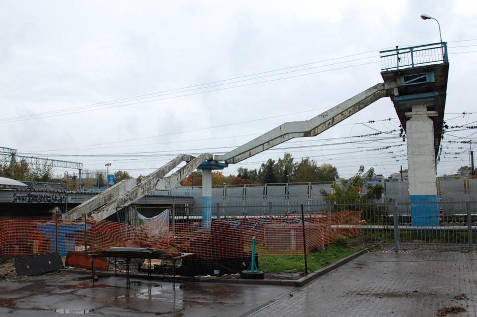 Реконструкция пешеходного моста над железной дорогой на станции «Обнинское», вид со стороны торгового комплекса «Привокзальный» (5 октября 2017 года)