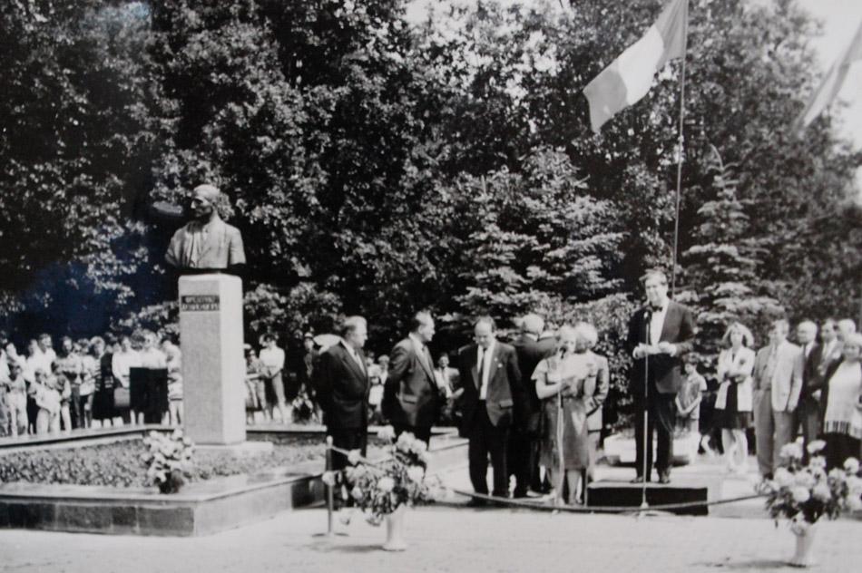 Церемония открытия памятника французскому физику Фредерику Жолио-Кюри в городе Обнинске