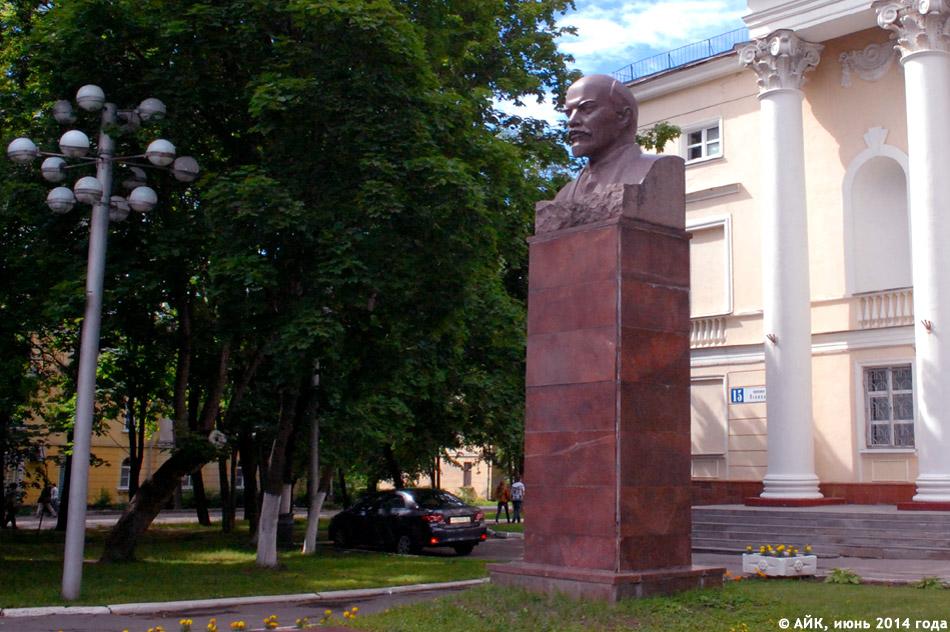 Памятник Владимиру Ильичу Ленину перед ДК ФЭИ в городе Обнинске