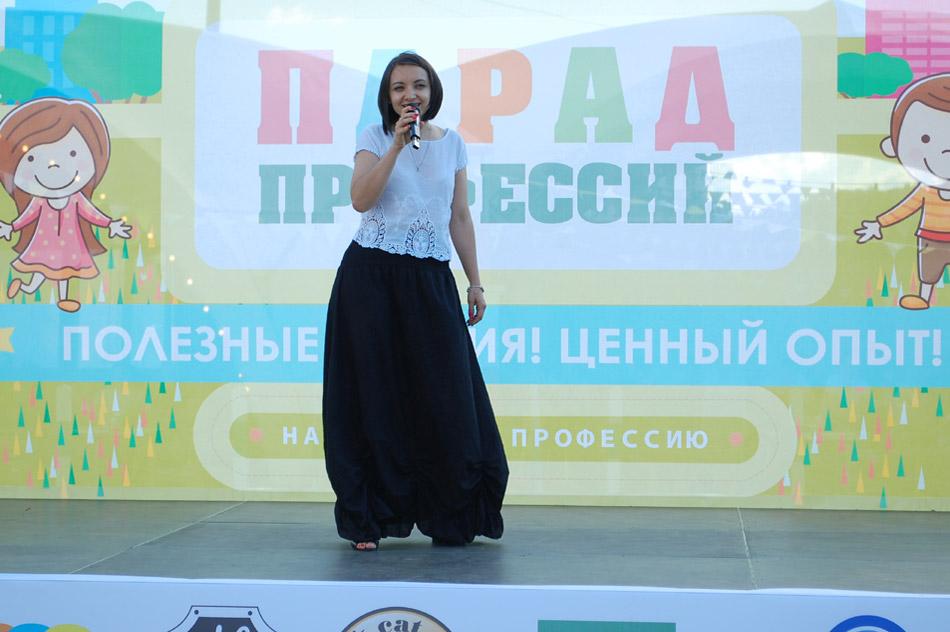 Анастасия Анатольевна Болотских исполняет песню со сцены в ходе городского детского праздника «Парад профессий 2018» в городе Обнинске