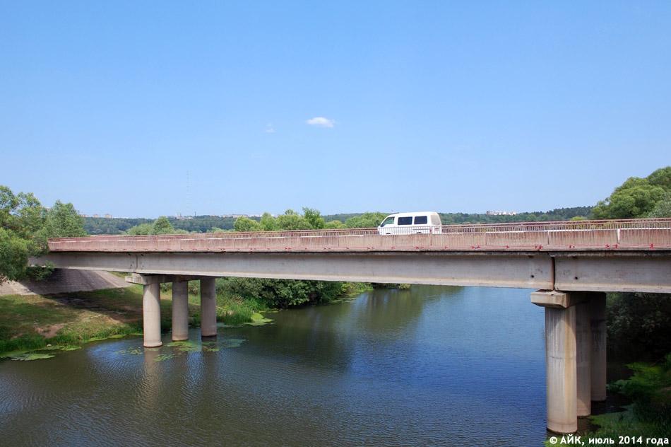 Автомобильный мост рядом с плотиной в городе Обнинске