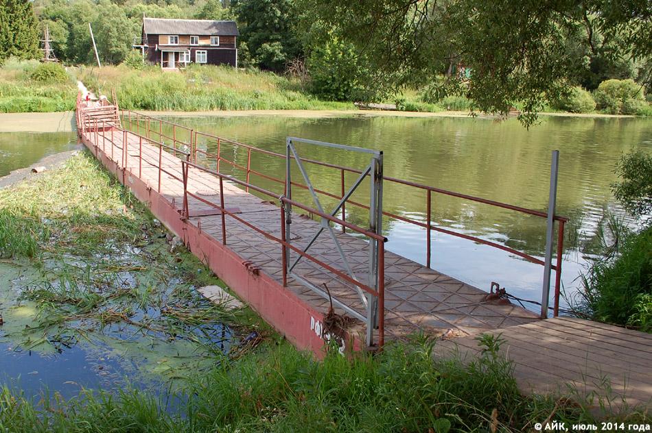 Летний понтонный мост через реку Протву в городе Обнинске
