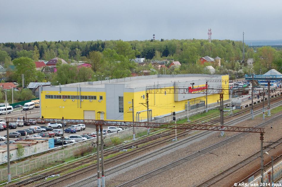 Вид на торговый комплекс «Привокзальный» с крыши «Паруса» в городе Обнинске