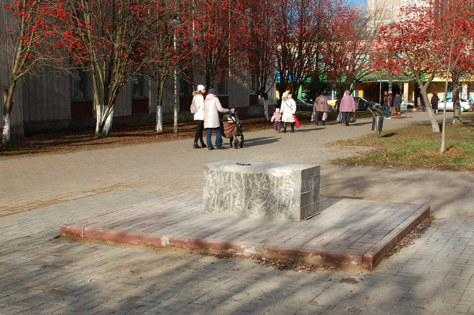 Постамент памятника «Святые благоверные Пётр и Феврония Муромские» в городе Обнинске (8 ноября 2017 года)